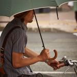 Навык езды на велосипеде с зонтом