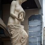 Статуя у фасада здания