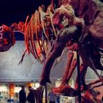 Динозавр позирует фотографу